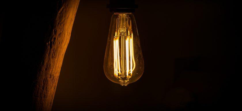 michael fousert HqdxBEvHlvg unsplash 840x385 - Penge at spare ved at udskifte til LED pærer