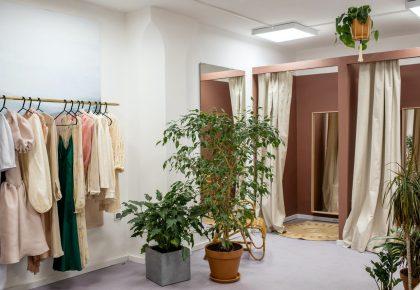 green potted plant near fitting room 3965551 420x290 - Få skræddersyet inventar til din tøjbutik
